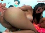 Morena culona se masturba a gusto por la webcam