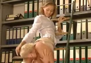Revienta el culo de su joven secretaria