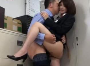 La secretaria asiatica se da a conocer en la oficina
