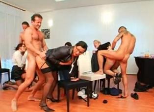 Orgía en la oficina con las secretarias cachondas