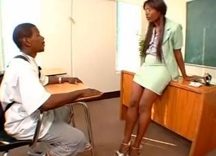 La profesora culona me pide sexo en clase