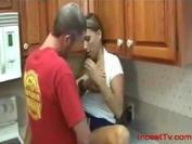 Madre tetona se espatarra para su hijo