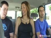 Milf colombiana folla con dos jóvenes suertudos
