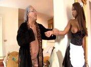 Su sirvienta negra le satisface en todo