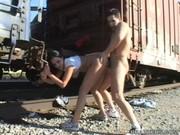 Sexo en público junto a las vías del tren