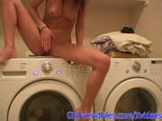 Se sube a la lavadora para masturbar su coño