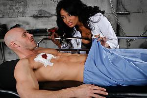 Anissa Kate monta como una perra en celo sobre su paciente