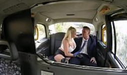 La taxista tetona quiso cobrarse con sexo