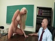 La universitaria tetona llegó con ganas de sexo