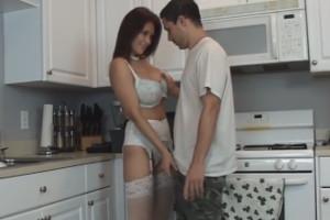 Llega el fontanero y la milf no duda en seducirle en la cocina