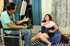 Modelo obesa deja que el fotógrafo se desfogue con su coño