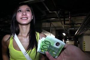 Ofrece dinero a una jovencita y se la folla en un aparcamiento