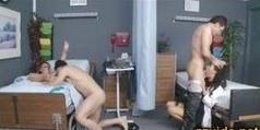 Orgía caliente junto a las enfermeras