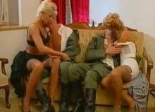 Se dejan encular por dos soldados apuestos