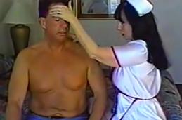 Se viste con su disfraz de enfermera hasta follar con su marido