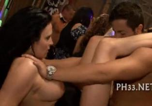 Borrachas follando a tope en la discoteca