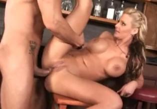 Phoenix Marie es enculada por el barman