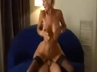 Sexo duro con la amiga madurita de mi madre