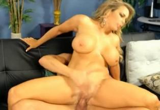 La sexy secretaria entretiene a su jefe con ayuda de sus tetazas