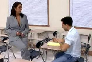 Profesora caliente se folla a su alumno en clase