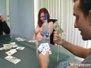 Pierde a su novia tetona jugando al poker