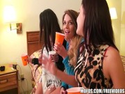 Fiesta con borrachas en un hotel cercano