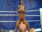 Sexo en el ring entre dos luchadoras tetonas