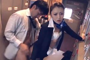 Azafata japonesa se lleva un buen polvo en pleno vuelo
