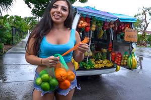 La frutera latina se animó a follar duro en la furgoneta