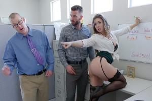 Lena Paul golfea en la oficina y acaba recibiendo un polvazo