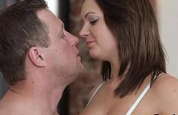 Masajea los pies de su novia tetona antes de darle por el culo