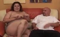 Mega obesa se abre de piernas para su marido en el salón