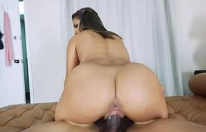 Mia Martinez se emplea a fondo para conseguir un buen polvo