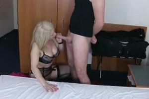 Milf alemana folla duro con un jovencito que rellena su coño
