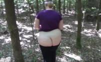 Novia gordita se abre de piernas en el bosque para su chico