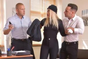 Pillan a una ladrona en su negocio y la castigan a su manera