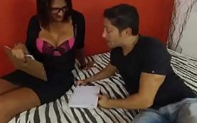 Profesora brasileña se lanza a por su alumno en casa