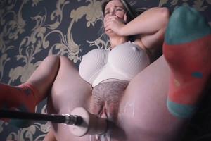 Su nueva máquina de sexo perfora su chochete y ella lo disfruta