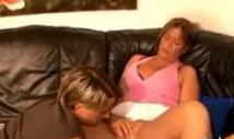 Su vecina alemana andaba cachonda y decidió consolarla en el sofá