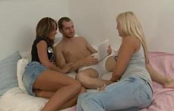 Sus amigas rusas le ofrecieron pasar un buen rato en un trío