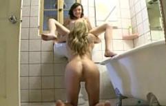 Usan sus lenguas para darse placer en plena ducha